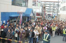 京阪特急ダブルデッカー車の2階から伏見稲荷の踏切を見た写真