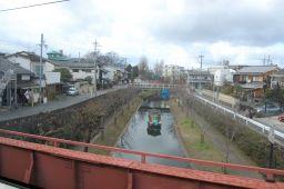 京阪特急ダブルデッカー車の2階から伏見の疎水の館船を見た写真