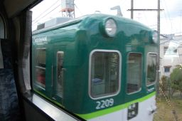京阪特急ダブルデッカー車の2階から普通電車を見た写真