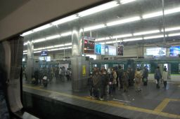 京阪特急ダブルデッカー車の2階から京橋駅を見た写真