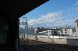 京阪特急ダブルデッカー車の2階から大阪の街並みを見た写真